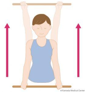 肩関節可動域練習:1.棒を両手で握り、腕を伸ばしたまま上げる