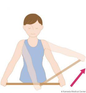 肩関節可動域練習:2.棒の両端を持ち、痛いほうへ突き上げる
